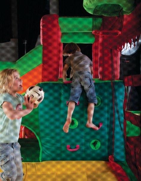 Niño jugando al baloncesto dentro de hinchable Fun Palace