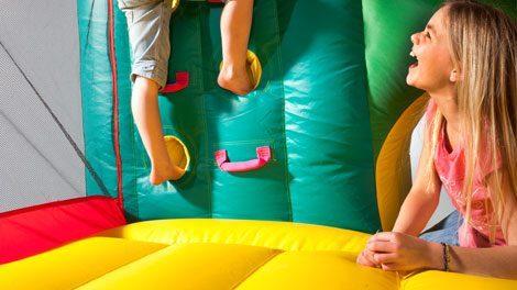 niños subiendo en mini hinchable Fun Palace