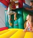 niños jugando en hinchable Fun Palace